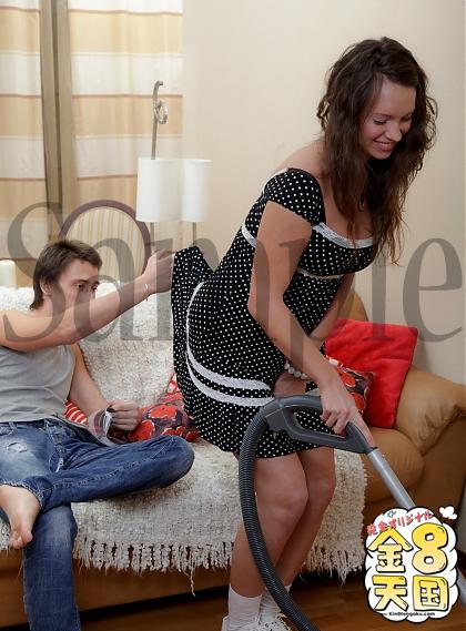 お部屋掃除中のお手伝いさん こっちも大事なお仕事っす!